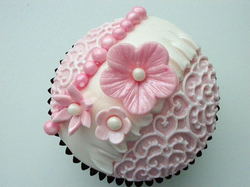fac2926c14e Der er ikke noget så vintage som blonder, så her laver jeg nogle cupcakes  med blondeeffekt. Opskriften findes her.
